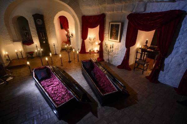 пара гробов в замке Дракулы