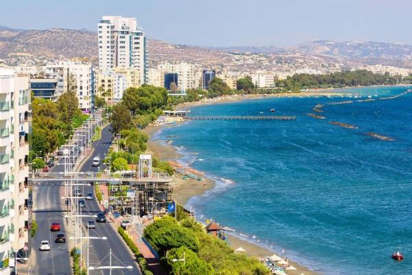 улица на набережной города на Кипре