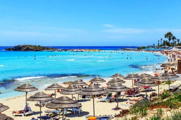 Кипр голубая вода и городской пляж