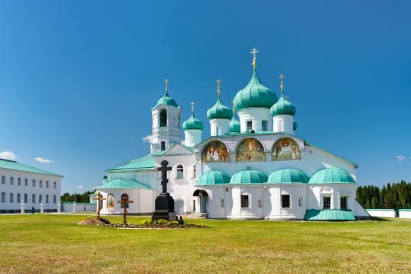 монастырь в окрестностях лодейного поля